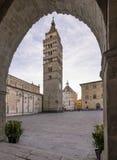 Piękny widok piazza Del Duomo w Pistoia obramiał łukiem Palazzo Del Comune, Tuscany, Włochy zdjęcie stock