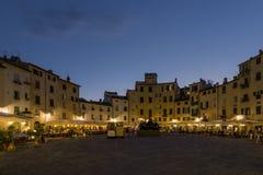 Piękny widok piazza dell ` Anfiteatro przy błękitną godziną, Lucca, Tuscany, Włochy obraz royalty free