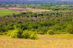 Piękny widok pola z wierzchu wzgórza obraz royalty free