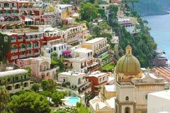 Piękny widok Positano wioska z kolorowymi domami i kopułą kościół, Amalfi wybrzeże, Włochy Zdjęcie Royalty Free