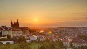 Piękny widok Praga przy wschodem słońca na mglistym ranku timelapse zbiory