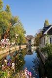 Piękny widok przy kwiecistym kanałem w Strasburg zdjęcie royalty free