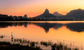 Piękny widok Rio De Janeiro zmierzch Za górami przy Rodrigo De Freitas Jezioro obrazy stock