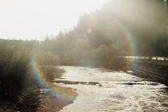 Piękny widok rzeka na tle pogodni drewna i mou zdjęcia royalty free