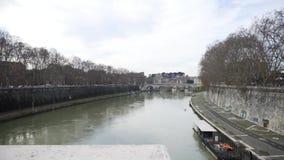 Piękny widok rzeka z wolnym przepływem i starym mostem z wiele drzewami r wzdłuż rzeki zapas Jesień krajobraz zbiory wideo