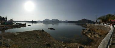 Piękny widok słońca jeziora woda obrazy stock