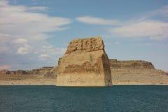 Piękny widok samotna skała przy jeziornym Powell, Utah zdjęcia stock