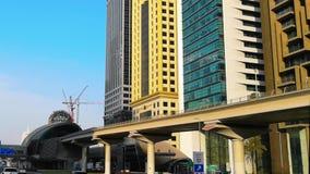 Piękny widok sheikh Zayed droga w Dubaj mieście - Jedzie nowożytnymi ulicami, w centrum Dubaj i bliźniaczymi wieżami, zdjęcie wideo