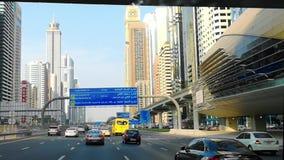 Piękny widok sheikh Zayed droga w Dubaj mieście - Jedzie nowożytnymi ulicami, w centrum Dubaj i bliźniaczymi wieżami, zbiory