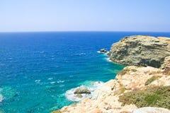 Piękny widok skalista faleza i przejrzysta woda morska obrazy royalty free
