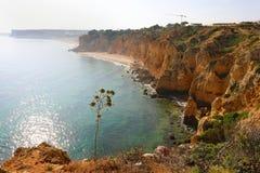 Piękny widok skalistych falez nawisły wybrzeże od Ponta da Piedade blisko Lagos, Algarve region, Portugalia zdjęcia royalty free
