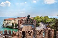 Piękny widok Włoski miasteczko Sirmione na jeziornym Gardzie od fortecy na Pogodnym letnim dniu Zdjęcie Royalty Free