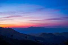 Piękny widok wschód słońca i wioska przy doi angkhang górą, Obraz Stock