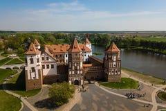 Piękny widok z lotu ptaka Średniowieczny Mir kasztelu kompleks na pogodnym sp obrazy royalty free