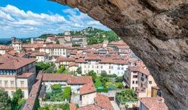 Piękny widok z lotu ptaka Bergamo Alta pejzaż miejski obramiający ścianą, zdjęcie stock