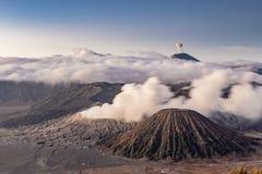 Piękny widok z lotu ptaka góra BROMO z erupcji i chmury tłem obrazy stock