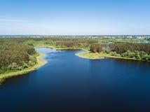 Piękny widok z lotu ptaka jeziorny i lasowy okręg Białoruś jest th obrazy stock