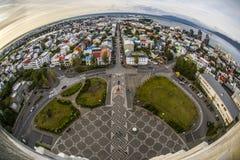 Piękny widok z lotu ptaka Reykjavik, Iceland z schronieniem, linii horyzontu sceneria poza miasto i góry i, widzieć od Obrazy Royalty Free