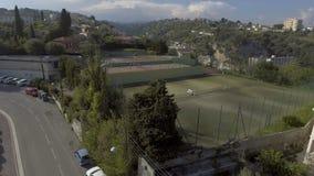 Piękny widok z lotu ptaka tenisowy sąd i lato chałupa, relaksuje na wakacje zbiory
