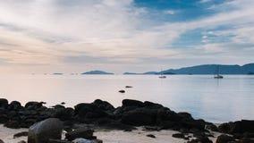 Piękny widok zmierzch przy plaży i jachtu cumowaniem zdjęcia stock