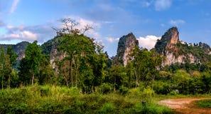 Piękny wieczór krajobraz z obłocznym niebem, Khao Sok park narodowy, Tajlandia Obraz Stock