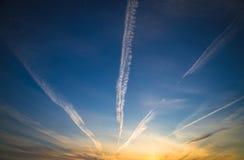 Piękny wieczór niebieskie niebo z białymi chmurami Zmierzch fotografia stock