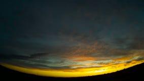 Piękny wieczór niebo z unosić się chmurnieje w niebie Zadziwiać kolory zmierzch zdjęcie wideo