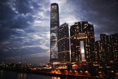 Piękny wieczór widok wieżowowie zaświeca przeciw niebu na wyspie Hong Kong zdjęcie royalty free