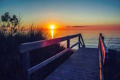 Piękny wieczór zmierzchu krajobraz przy kanadyjczykiem Ontario jeziorny Huron w ananasarnia parku, pomarańczowy błękitnej czerwie Obrazy Royalty Free