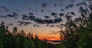 Piękny wieczór zmierzchu krajobraz z piędzią czas, las i rzeka w odległości, zbiory wideo