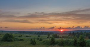 Piękny wieczór zmierzchu krajobraz z piędzią czas, las i rzeka w odległości, zdjęcie wideo