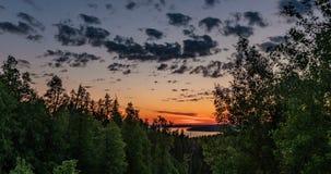 Piękny wieczór zmierzchu krajobraz z piędzią czas, las i rzeka w odległości, zbiory
