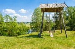 Piękny wiejski krajobrazowy rzeczny Teteriv Teterev Na stromej halnej twarzy steeper huśtawce - drewniana struktura z ławką dokąd zdjęcia stock