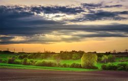 Piękny wiejski wiosna krajobraz w zmierzchu zdjęcia royalty free
