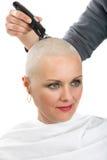 Piękny wiek średni kobiety pacjent z nowotworem golenia włosy obraz stock
