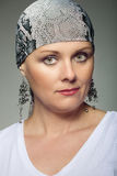 Piękny wiek średni kobiety pacjent z nowotworem jest ubranym chustka na głowę Zdjęcia Royalty Free