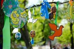 Piękny Wielkanocny drzewo dekorował z barwionymi jajkami i faborkami Fotografia Stock