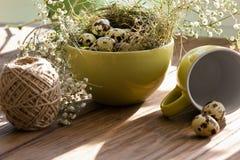 Piękny Wielkanocny skład na drewnianym stole Obrazy Stock