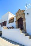 Piękny wielki drewniany drzwi, otaczający marmurem i typowym domem na wyspie Lindos Zdjęcia Stock