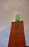 Piękny wierza z zieleń wierzchołkiem, ochraniający reforma kościół obrazy royalty free