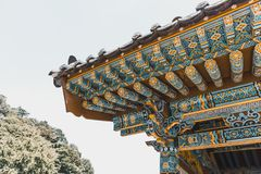 Piękny wierzchołek tradycyjny buddyjski monaster przy górzystym terenem - Południowy Korea Obrazy Stock