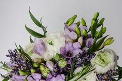Piękny wiosna bukiet ślub kwitnie biel, fiołek, zielony jaskieru ranunculus, fresia Tło miękka część makro- Wieśniaka styl obrazy stock