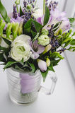 Piękny wiosna bukiet ślub kwitnie jaskieru ranunculus, fresia, lawenda w wazie z fiołkową taśmą pastel zdjęcie stock