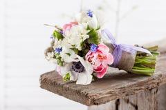 Piękny wiosna bukiet na ławce Obraz Stock