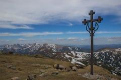 Piękny wiosna krajobrazu krzyż w Carpathians górach Fotografia Royalty Free