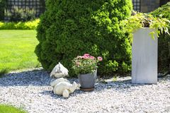 Piękny wiosna ogród, śpiący kamienny gnom Obrazy Royalty Free