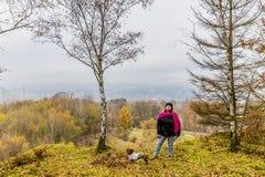 Piękny wizerunek kobiety odprowadzenie z jej psem na wzgórzu Bec Du Corbeau zdjęcie royalty free