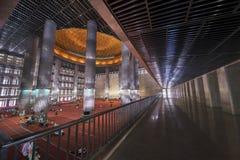 Piękny wnętrze Istiqlal meczet Obrazy Stock