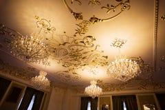 Piękny wnętrze z świecznikiem na suficie w baroku stylu Fotografia Stock