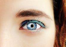 Piękny wnikliwy spojrzenie kobiety ` s oko Zamyka w górę strzału Zdjęcie Stock